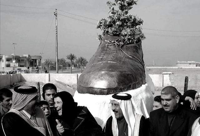 Ortadoğu'da Sanat: George W. Bush'a Fırlatılan Ayakkabının Heykeli