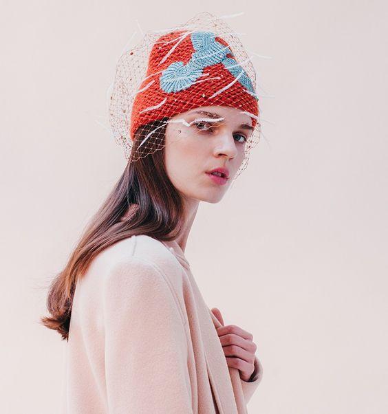 elegante berretto ricamato Jennifer Behr con veletta, cristalli e piume