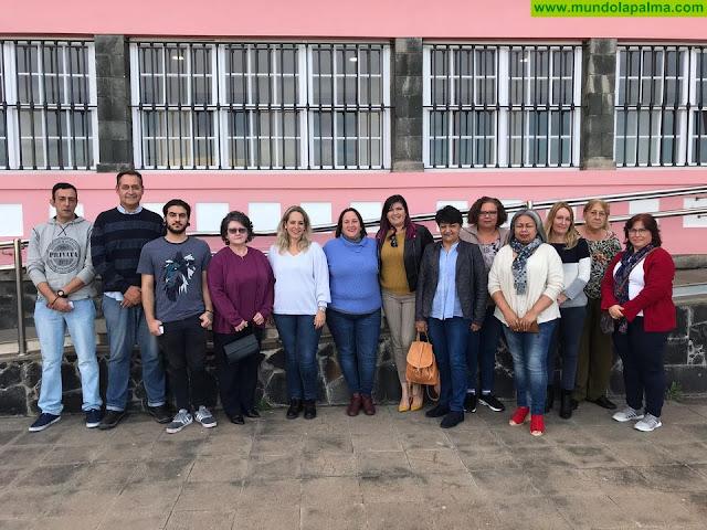 El Cabildo entrega una veintena de carnés de artesanos de una quincena de oficios