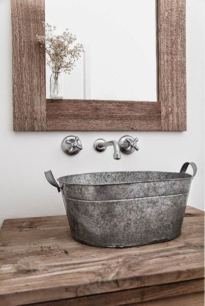 Um balde de ferro se transformou numa cuba para este banheiro