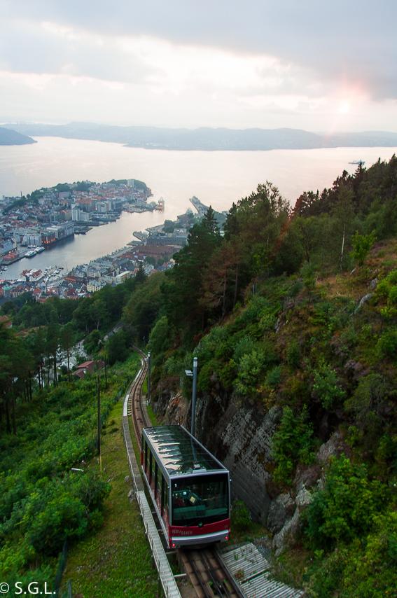 Funicular al monte Floyen. Hurtigruten dia 1: Bergen
