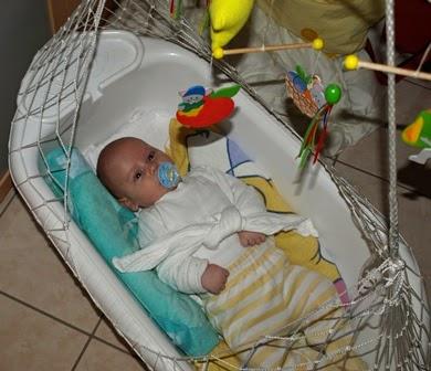 Baby gepuckt in Federwiege
