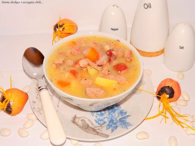 Zupa fasolowa z boczkiem i kiełbasą.