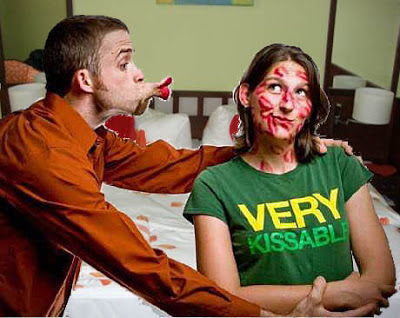 Mann küsst Frau romantisch