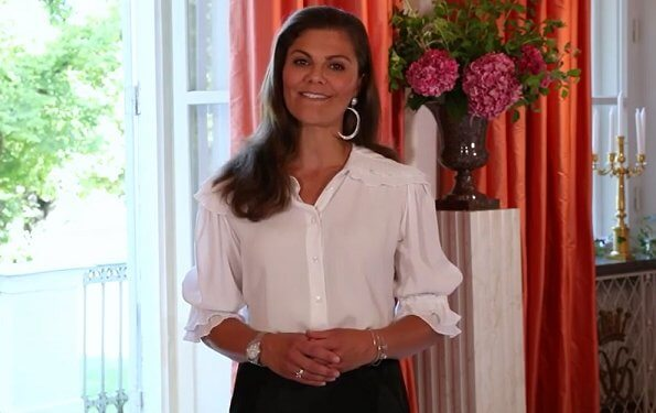 Crown Princess Victoria wore a new short sleeve plisse collar blouse from AVAVAV, and a new satin skirt from Ahlvar. Maria Nilsdotter earrings