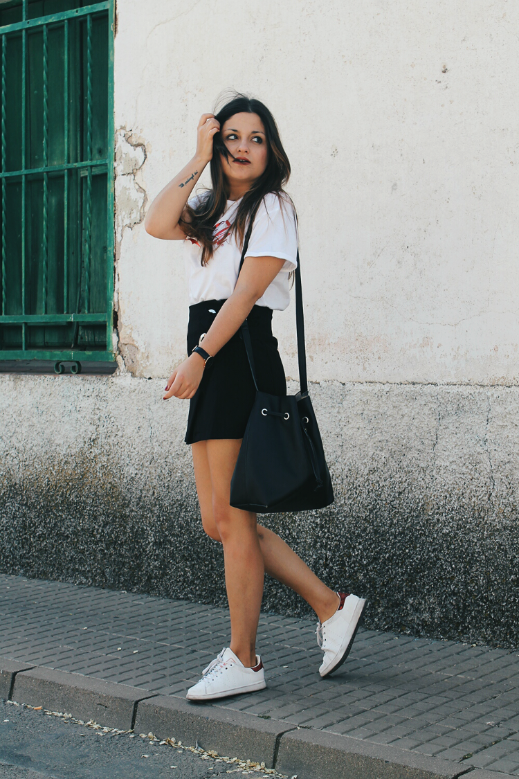 outfit comodo llevando falda negra y zapatillas victoria