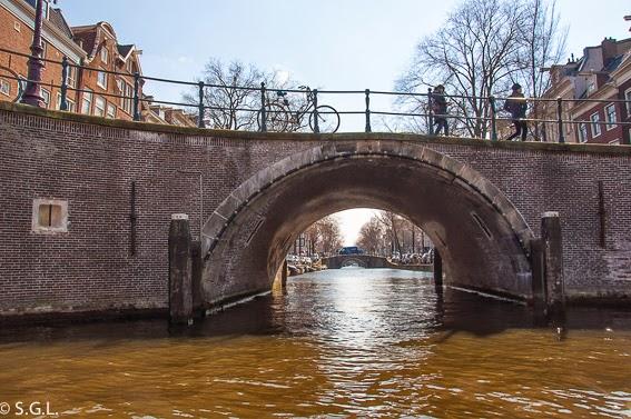 Canal de Reguhiersgrach en Amsterdam. Paseo en barco por sus canales