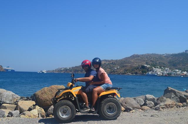 Dirigir uma quadriculo pela Ilha de Patmos na Grécia