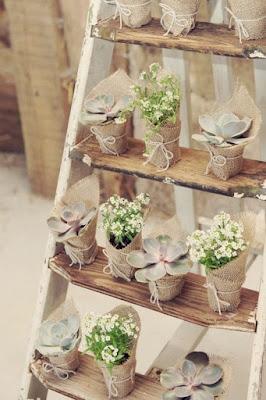 Escada de madeira para as lembrancinhas da festa