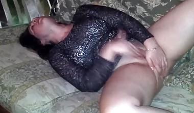 Namorada britânica chupando pau e masturbando a boceta