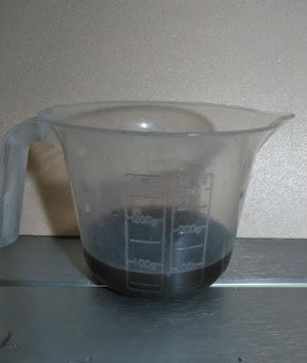 パイプ内部に溜まっていたソイルの微粒子(濁り)を取り出す(横)