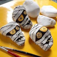 Decoración para Halloween con piedras pintadas momias