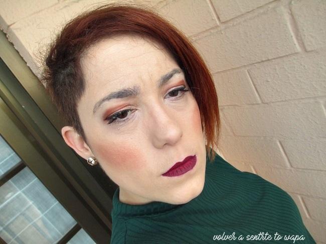 Maquillaje con ojos melocotón y labios granates
