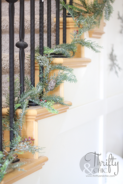 Farmhouse Christmas decor and decorating ideas for the entry way!