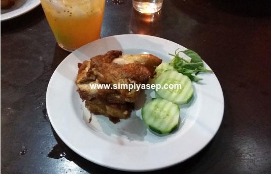 AYAM GORENG :  Salah satu varian nasi uduk adalah Ayam Goreng nya yang berukuran cukup besar dan lalap lalapannya. Foto Asep Haryono