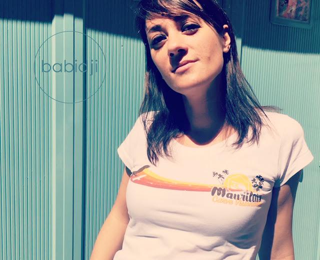 portrait d'une femme portant un t-shirt île maurice de la marque australienne Carve