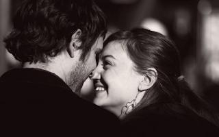 Να ζητάς έναν άνθρωπο να σε αγαπάει και να σε κάνει να γελάς