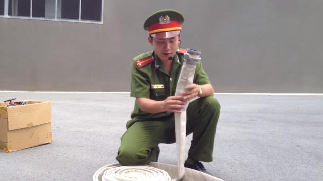 hướng dẫn chi tiết cách sử dụng cuộn vòi phun chữa cháy