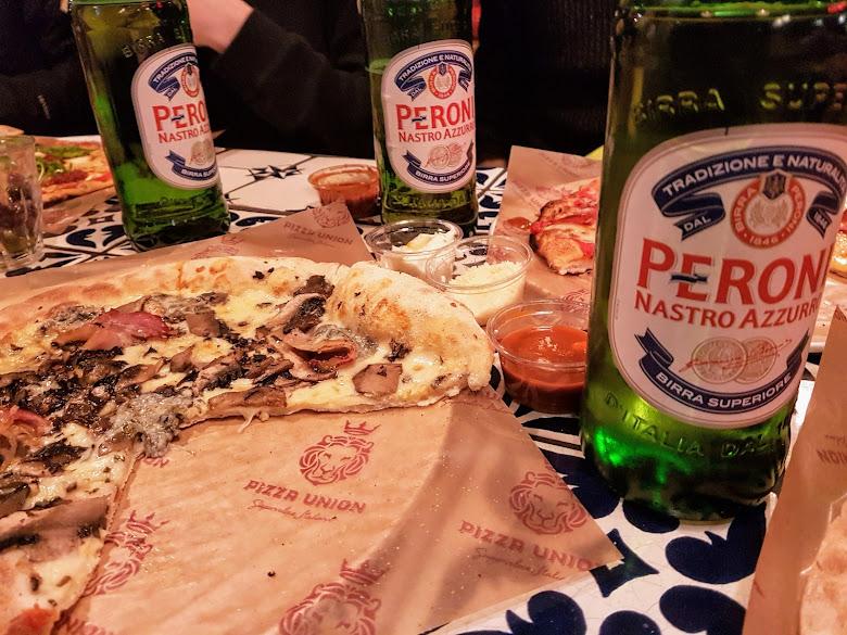 有時候是先吃披薩與啤酒,然後再到隔壁的 pub 繼續飲酒聊天