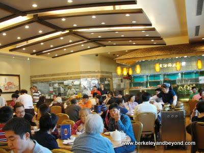 dining room at Saigon Seafood Harbor Restaurant in Richmond, California