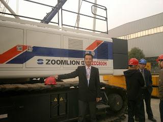Dẫn đoàn khách hàng sang thăm nhà máy Zoomlion