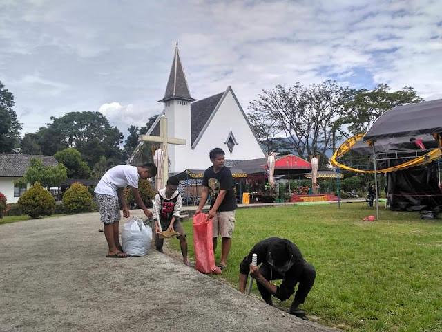Usai Natal, Anak Muda Muslim Ikut Bersihkan Sampah di Halaman Gereja Toraja Rantepao