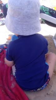 mit Sand spielen
