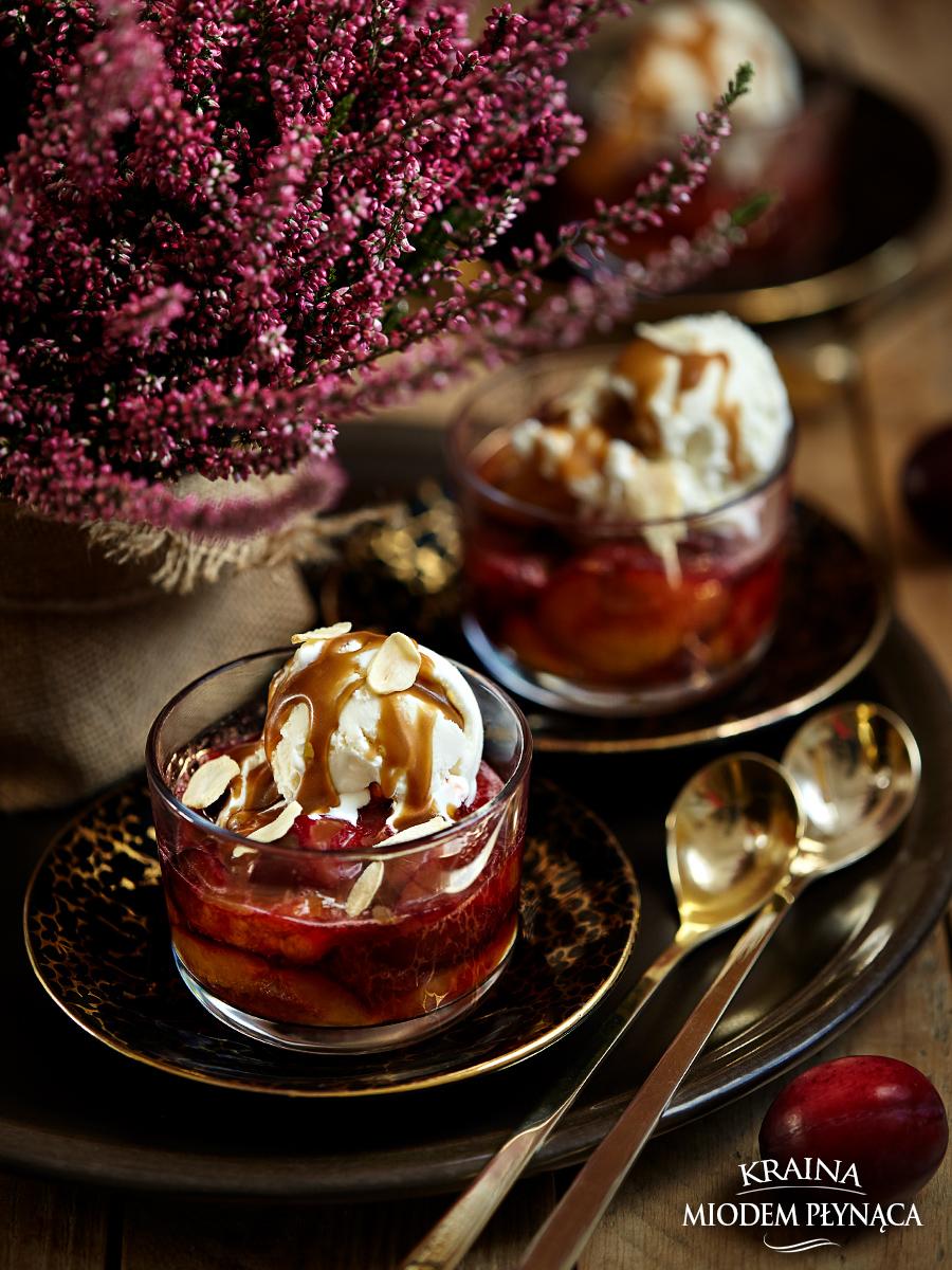 pieczone śliwki, deser ze śliwkami, deser śliwkowy, prosty deser ze śliwkami, deser z owocami, deser owocowy, domowy sos karmelowy, kraina miodem płynąca