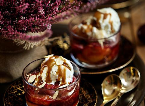 Pieczone śliwki z lodami i sosem karmelowym
