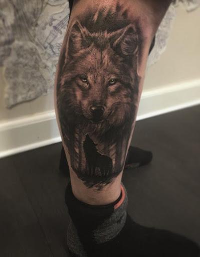Um muito bem feito lobo da tatuagem. Lobos poderia ser bom ou ruim dependendo de quem está de visualização e a tradição do povo. Mas, geralmente, é um sinal de ser forte e nobre.