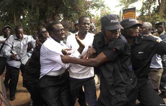 Mpinzani Mkuu wa Uganda Kizza Besigye Akamatwa na Polisi