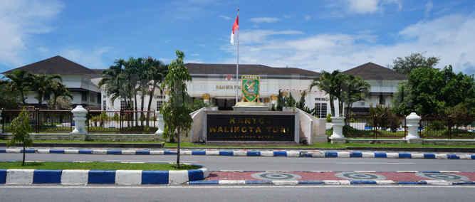 Wali Kota Tual, Adam Rahayaan secara resmi menonaktifkan sementara Sekretaris Kota (Sekkot) Tual, Adlly Bandjar karena dinilai telah menjatuhkan wibawa kepala daerah kota Tual pada saat rapat RDP di gedung DPRD Kota Tual pada beberapa pekan lalu.