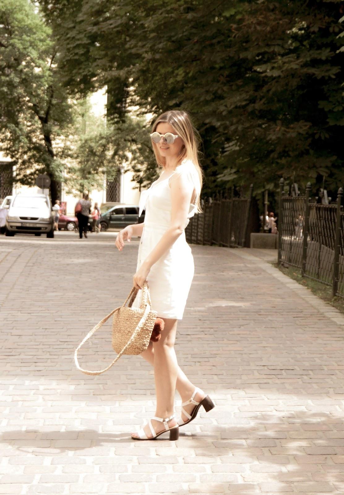 Sukienka na lato i jutowy koszyk