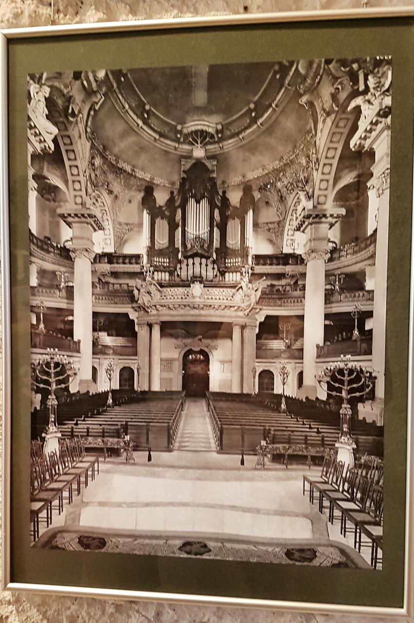 Galeria zdjęć w Kościele św. Krzyża w Dreźnie ukazuje piękno zabytku przed bombardowaniem i zniszczenia zaraz po nim.