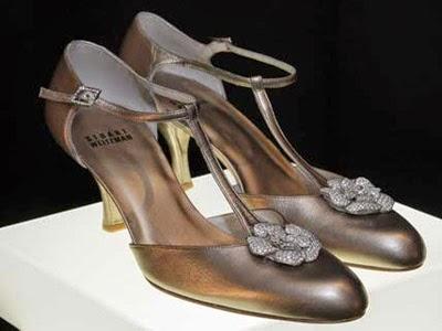 Sepatu hak tinggi ini dibuat tahun 1940-an. Menyematkan dua berlian dengan  bentuk bunga mawar yang dilapisi emas dengan warna dust. sepatu High heels  yg ... 47dac73039