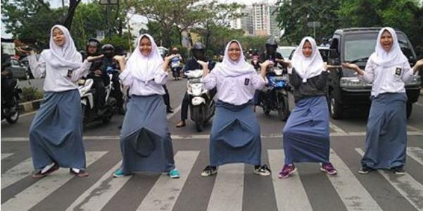 Detik Detik Sebelum Sekumpulan Wanita Ini Ditabrak Oleh Pengguna Jalan Yang Emosi Lantaran...