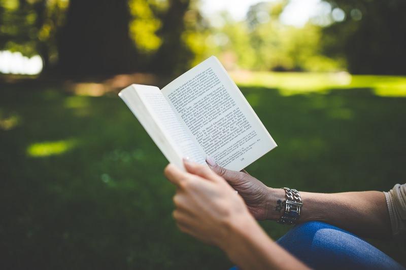 Pessoa a ler
