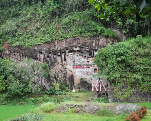 Tinuku.com Travel Lemo graves in Tana Toraja, magical feel the ancestral culture nobility in rock cliffs towards Puya