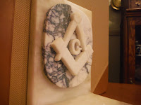 grabado en marmol escuadra y compás