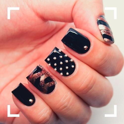 decoración en uñas negras