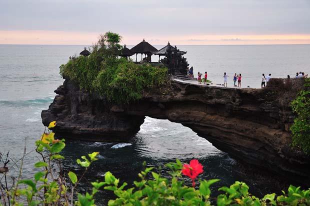 Pura Batu Bolong : Wisata Spiritual Pesisir Pantai Lombok