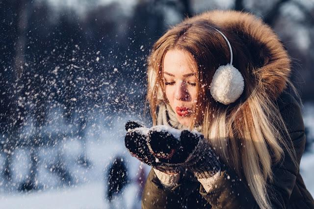Imagen persona, mujer en navidad de uso libre descarga gratis
