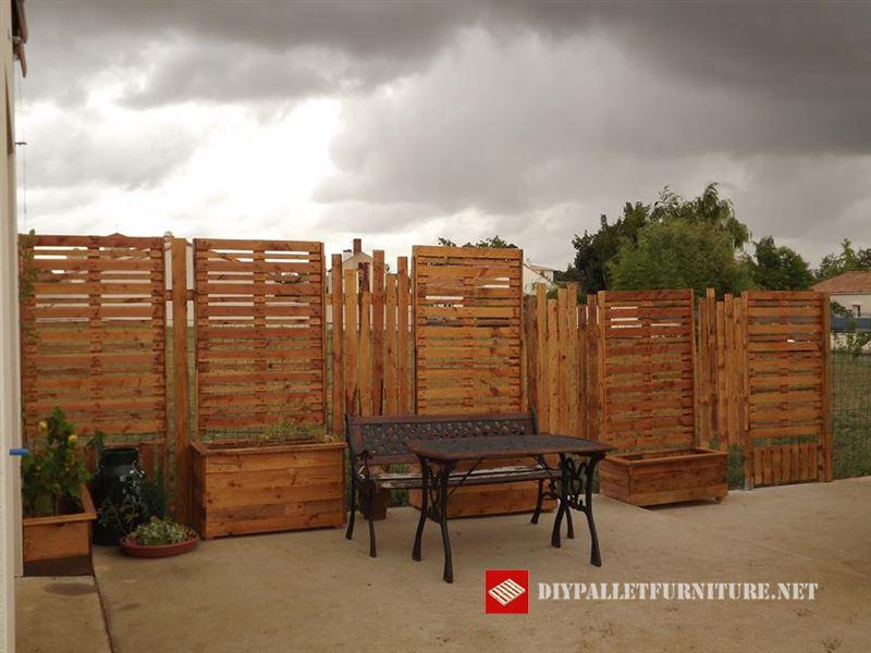 Separador de jard n con palets - Jardineras con palets de madera ...
