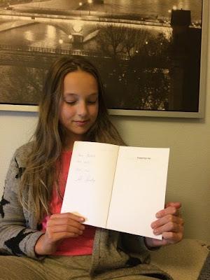 Mathilde med sin signerede bog