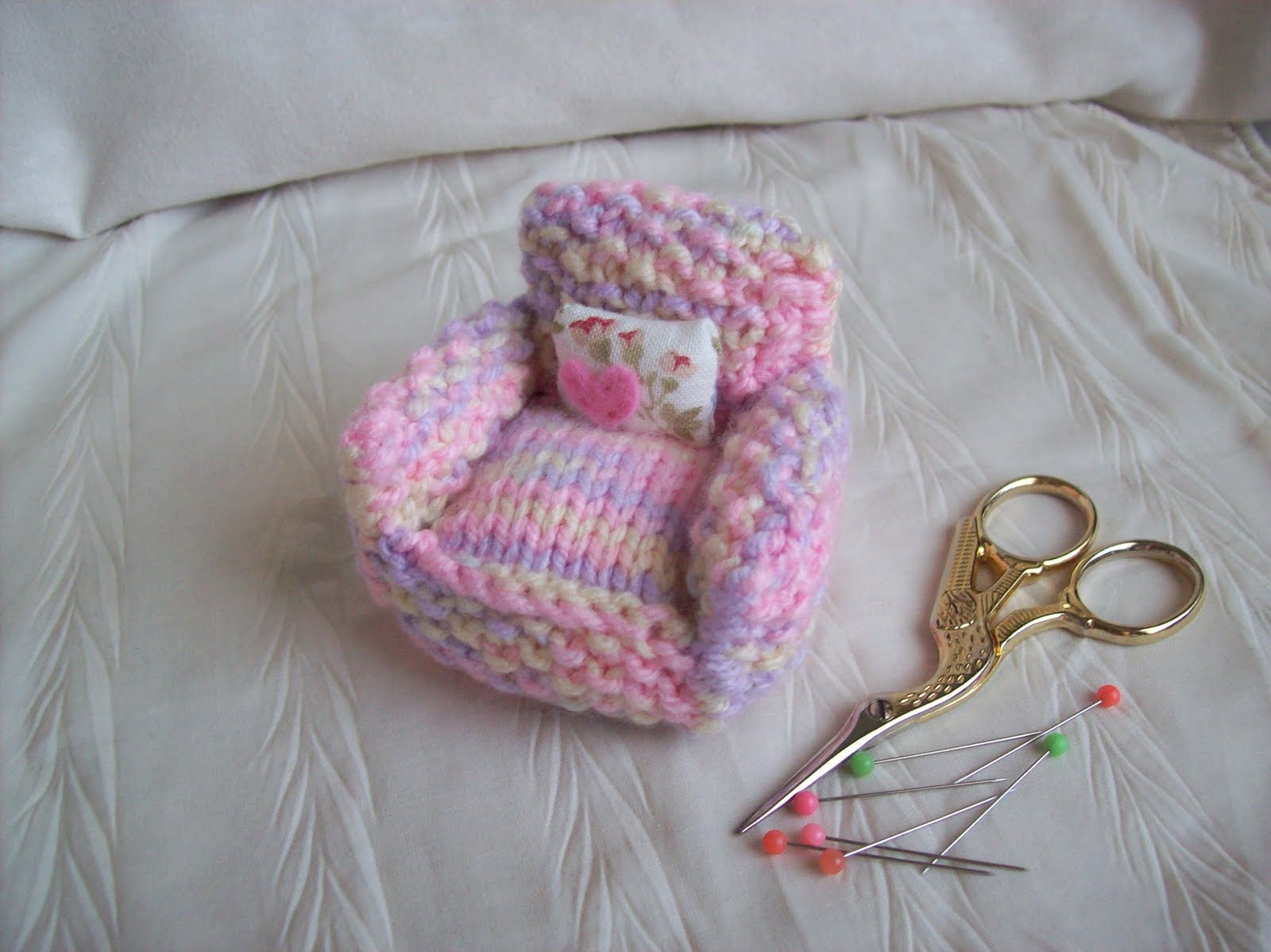 KNITTED ARMCHAIR PINCUSHION