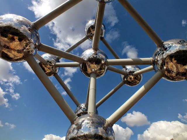 Desde abajo el atomium, visitar Bruselas
