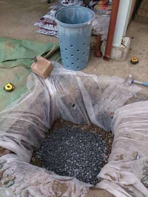 雨水浸透枡設置工事、浸透シート設置後の5号砕石敷設写真