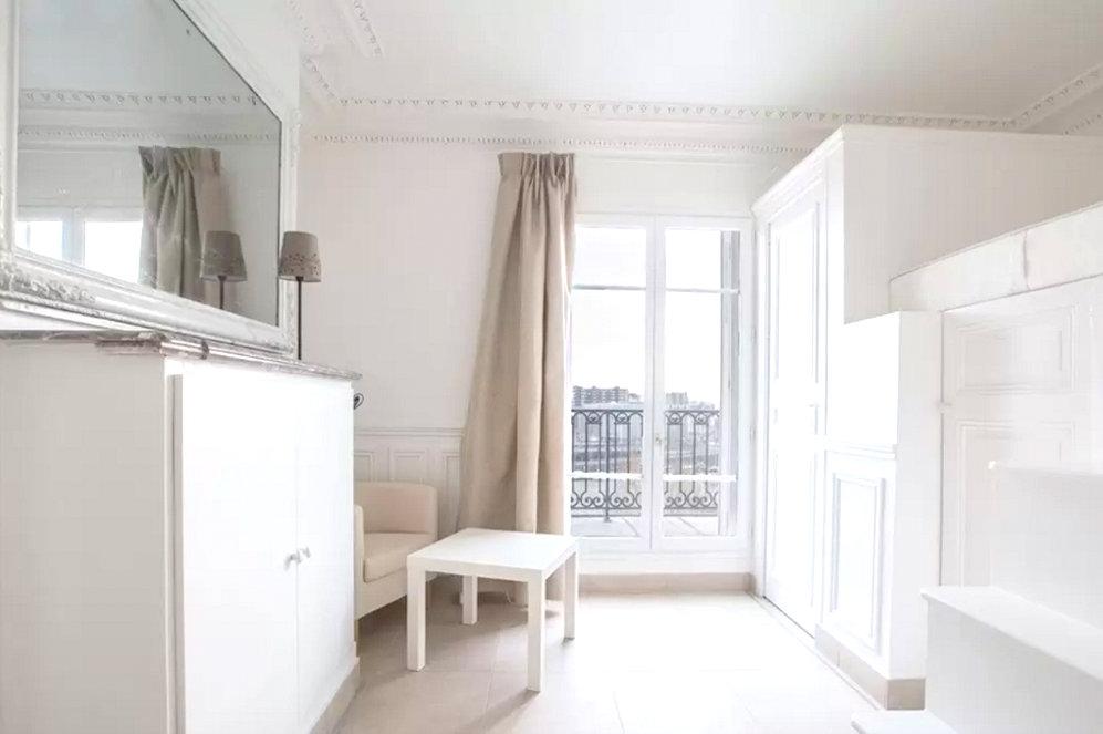 my paris apartment using airbnb in paris itsallbee. Black Bedroom Furniture Sets. Home Design Ideas