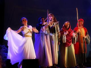 Dançarina e coro do Auto de Natal de Canela.