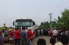 Warga memblokir jalan ke PKS PT VCS Asahan.